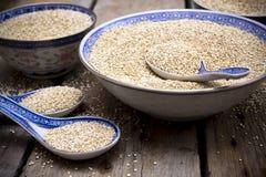Quinoa w pucharach na drewnianym stole zdjęcie stock