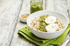 Quinoa z kale pesto, sosnowymi dokrętkami i jajkami, Zdjęcie Royalty Free
