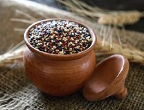 Quinoa zaden in kom op lijst stock afbeeldingen