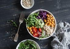 Quinoaen och den kryddiga kikärtgrönsakvegetarian buddha bowlar sund begreppsmat På en mörk bakgrund Royaltyfria Bilder