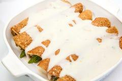 Quinoakräppar med vit sås Royaltyfria Foton