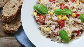 Quinoasalat mit Kirschtomate und -basilikum stock footage