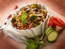 Quinoasald med grönsaker arkivbilder