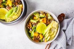 Quinoasallad med champinjoner, gr?nsaker och avokadon i gr? bunke Sunt strikt vegetarianmatbegrepp arkivbilder