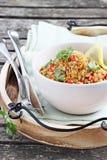 Quinoasallad med grönsaker, örter och citronen Fotografering för Bildbyråer