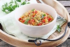 Quinoasallad med grönsaker, örter och citronen Royaltyfri Foto