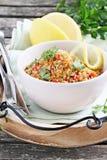 Quinoasallad med grönsaker, örter och citronen Royaltyfri Fotografi