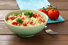 Quinoasallad med gurkan och tomaten Royaltyfri Fotografi