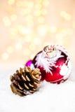 Quinquilharia de incandescência do Natal em uma neve branca com christm abstrato Imagens de Stock
