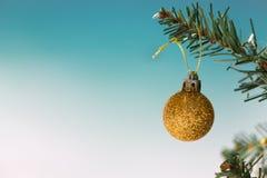 Quinquilharia do brilho do ouro na árvore de Natal fotos de stock royalty free