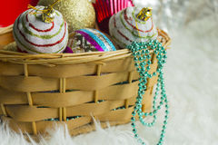 Quinquilharia do Natal na pele branca e em luzes coloridas Imagem de Stock