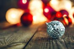 Quinquilharia do Natal na placa de madeira rústica fotografia de stock