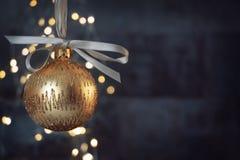 Quinquilharia dourada do Natal no blackground azul brilhante fotografia de stock