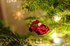 Quinquilharia vermelha pequena do carro na árvore de Natal Decoração do Xmas Fotos de Stock Royalty Free