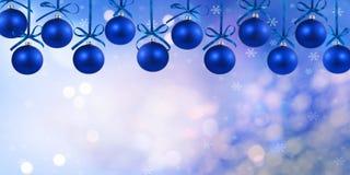 Quinquilharias azuis de suspensão nos 2 superiores Imagem de Stock Royalty Free