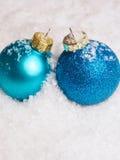 Quinquilharias azuis do Natal na neve Imagens de Stock