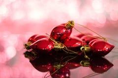 Quinquilharias dadas forma coração do Natal sobre uma tabela imagens de stock royalty free