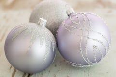 Quinquilharias de prata decoradas do Natal Fotos de Stock Royalty Free