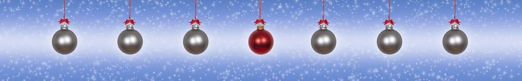 Quinquilharias de suspensão de prata do Natal imagens de stock