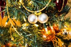 Quinquilharias do ano novo na árvore de Natal decorada com fundo borrado Fotos de Stock Royalty Free