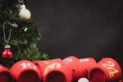 Quinquilharias do Natal de vidro no primeiro plano com espaço da cópia no fundo - tema do Natal imagem de stock