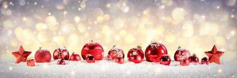 Quinquilharias do Natal do vintage na neve Fotos de Stock Royalty Free