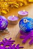 Quinquilharias do Natal e velas de incandescência em placas de madeira Imagem de Stock Royalty Free