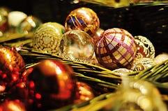 quinquilharias do Natal na cesta Fotos de Stock Royalty Free