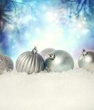 Quinquilharias do Natal na neve imagem de stock