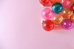 Quinquilharias do Natal no fundo cor-de-rosa Fotografia de Stock Royalty Free