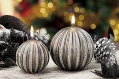 Quinquilharias do Natal no fundo de luzes defocused Foto de Stock Royalty Free