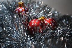 Quinquilharias do Natal que aninham-se no ouropel de prata 3 Imagens de Stock Royalty Free