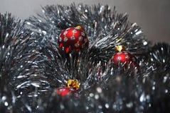 Quinquilharias do Natal que aninham-se no ouropel de prata 4 Imagem de Stock