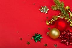 Quinquilharias e fitas do Natal no vermelho foto de stock