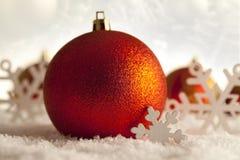 Quinquilharias e flocos de neve do Natal Imagens de Stock
