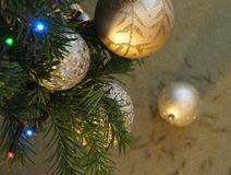 Quinquilharias e luzes em uma árvore de Natal Foto de Stock