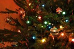Quinquilharias e luzes sparkiling em uma árvore de Natal. Imagem de Stock Royalty Free