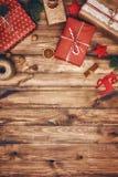 Quinquilharias, presentes, doces com ornamento do Natal foto de stock