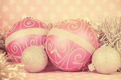 Quinquilharias retros do Feliz Natal do rosa do estilo do vintage Fotografia de Stock Royalty Free