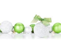 Quinquilharias verdes e de prata do Natal Imagens de Stock