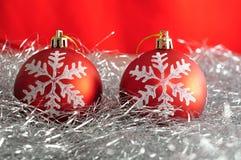Quinquilharias vermelhas da árvore de Natal com uma estrela de prata Fotos de Stock Royalty Free