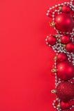 Quinquilharias vermelhas do Natal da imagem de Copyspace no fundo Imagens de Stock Royalty Free