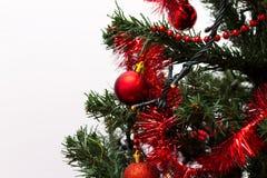 Quinquilharias vermelhas em uma árvore de Natal imagem de stock royalty free