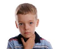 Quinsy. Der Junge hält für eine kranke Kehle lizenzfreie stockfotos