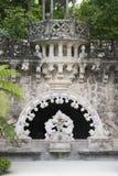 Quinta da Regaleira Palace em Sintra, Portugal Parte do parque com túnel Fotos de Stock