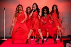 A quinta harmonia executa na pista de decolagem no vermelho ir para a coleção vermelha 2015 do vestido das mulheres Imagens de Stock Royalty Free