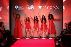 A quinta harmonia executa na pista de decolagem no vermelho ir para a coleção vermelha 2015 do vestido das mulheres Foto de Stock Royalty Free