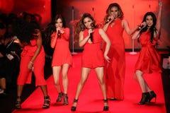 A quinta harmonia executa na pista de decolagem no vermelho ir para a coleção vermelha 2015 do vestido das mulheres Fotografia de Stock