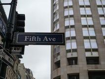 A quinta 5a rua da avenida assina dentro New York City em um chuvoso e em um o Foto de Stock Royalty Free