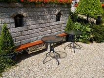 Quintal ajardinado com mobília bonita do jardim Fotos de Stock Royalty Free